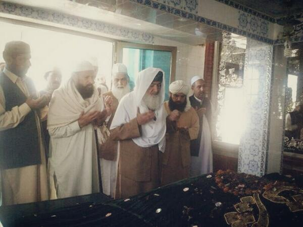 Shaykh ul Aalam on Eid day (Oct 2013) visiting the resting place of his father & Shaykh, Khwaja Ghulam Mohiuddin Ghaznavi
