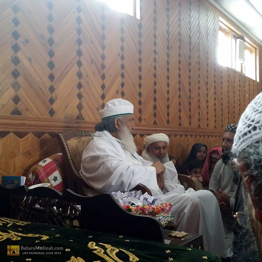 Shaykh ul Aalam in gathering with visitors and mureeds